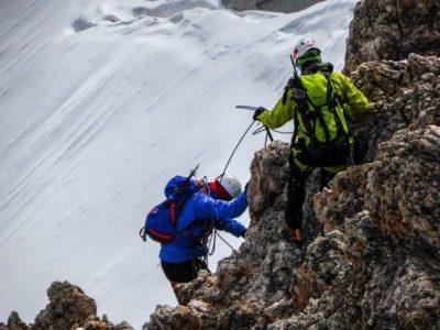 2 personnes qui arrivent au sommet des rochers grâce à la Méthode Ascension en 8 jours